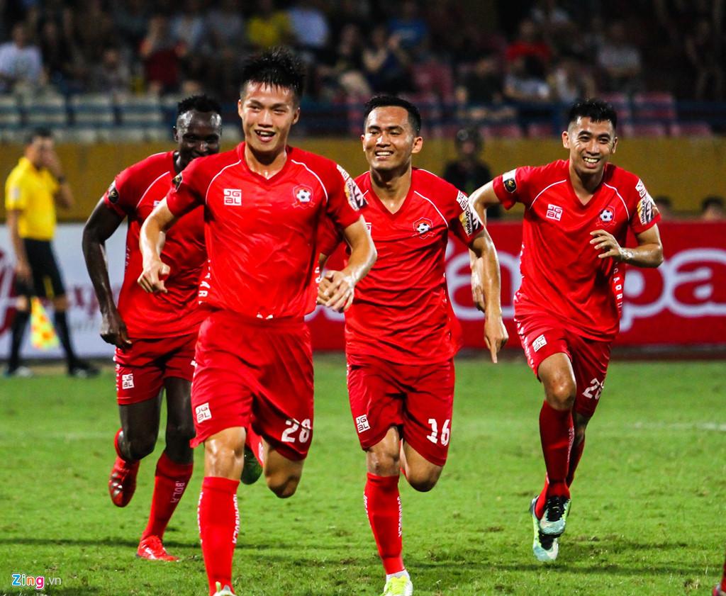 Cầu thủ Hải Phòng suýt dính pháo sáng khi ăn mừng bàn thắng-3