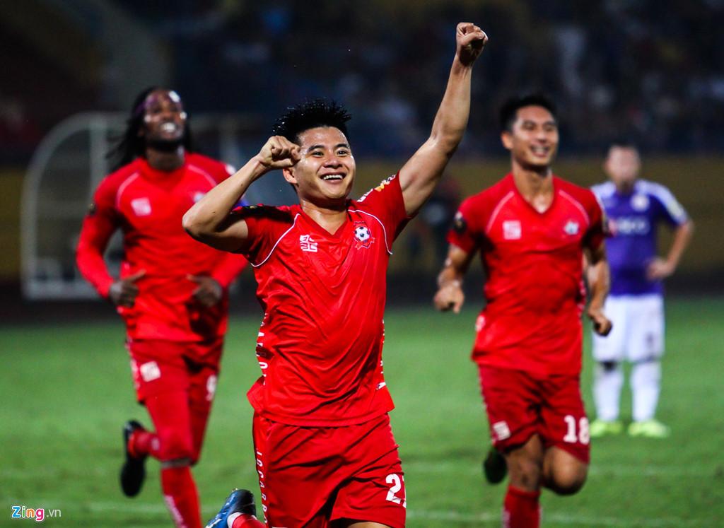 Cầu thủ Hải Phòng suýt dính pháo sáng khi ăn mừng bàn thắng-4
