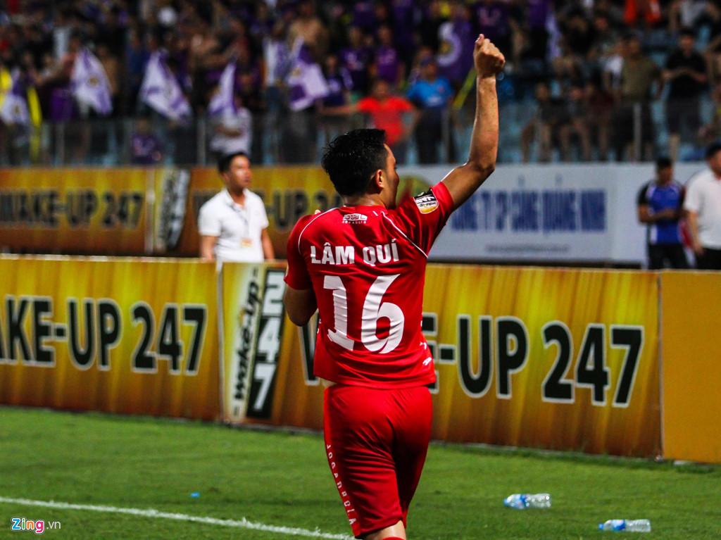 Cầu thủ Hải Phòng suýt dính pháo sáng khi ăn mừng bàn thắng-6