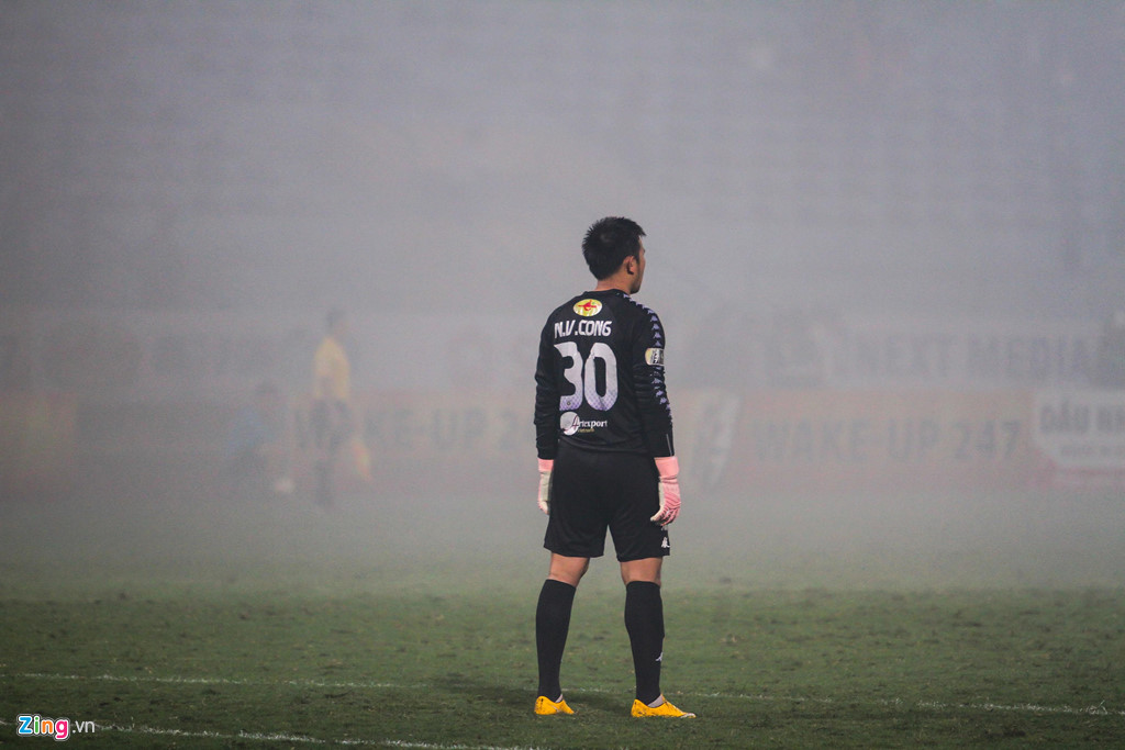 Cầu thủ Hải Phòng suýt dính pháo sáng khi ăn mừng bàn thắng-9