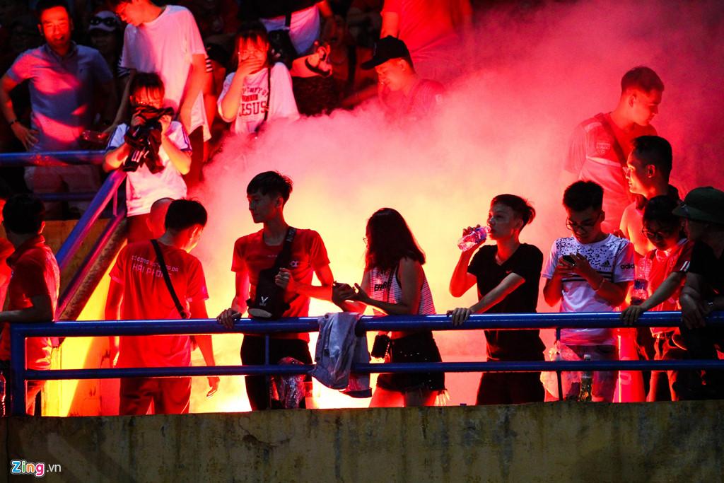 Cầu thủ Hải Phòng suýt dính pháo sáng khi ăn mừng bàn thắng-10