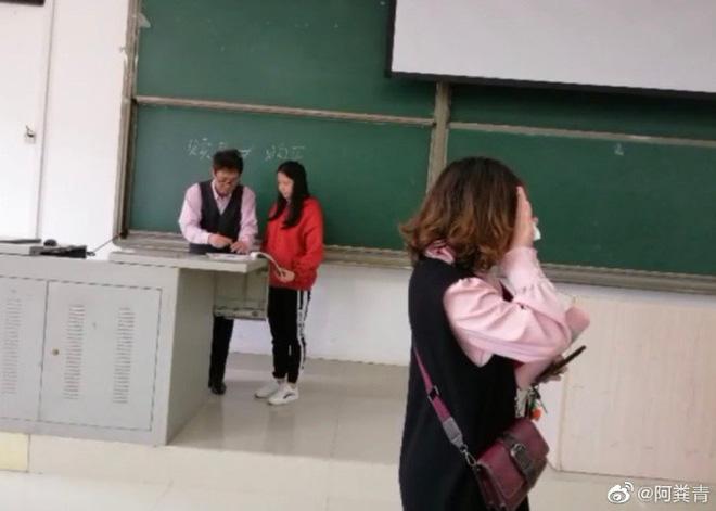 Hớn hở diện quần áo đẹp đến lớp, cô bạn độn thổ khi phát hiện ra mình mặc đồ đôi với thầy chủ nhiệm-3