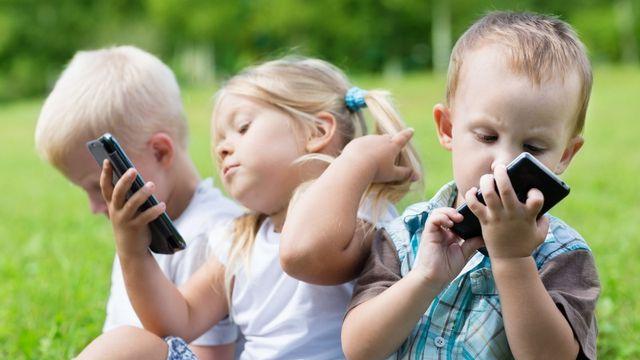 Cho trẻ dùng smartphone quá nhiều làm tăng nguy cơ mắc chứng tăng động-1