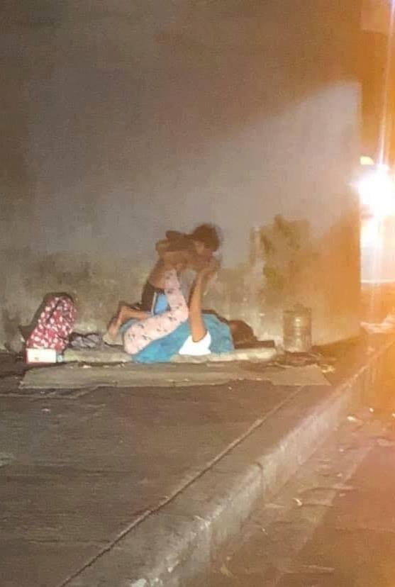 Hai mẹ con lang thang trên vỉa hè giữa đêm và hình ảnh ai ngang qua cũng nghẹn ngào-1