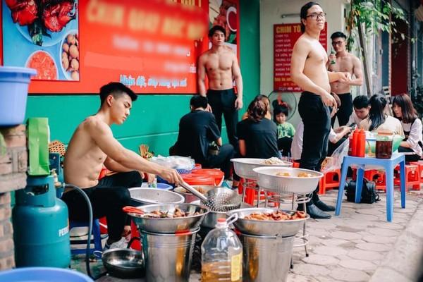 Cởi trần khoe body 6 múi cuồn cuộn giữa nắng nóng đổ lửa 40 độ, quán ăn lề đường Hà Nội gây xôn xao-2