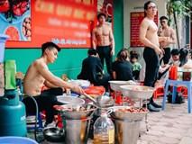 Cởi trần khoe body 6 múi cuồn cuộn giữa nắng nóng đổ lửa 40 độ, quán ăn lề đường Hà Nội gây xôn xao
