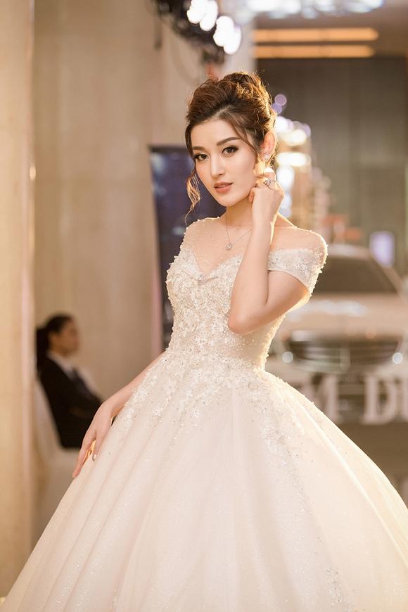 Á hậu Huyền My rạng rỡ dự event với váy cưới 2,5 tỷ đồng đính 500 viên kim cương-2
