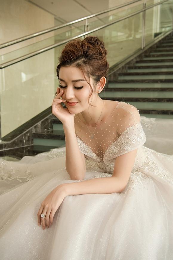 Á hậu Huyền My rạng rỡ dự event với váy cưới 2,5 tỷ đồng đính 500 viên kim cương-9