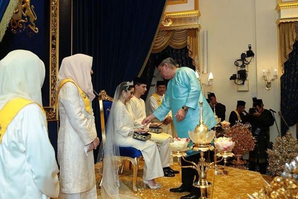 Bất ngờ với gu yêu của Hoàng gia Malaysia: Công chúa lấy con nhà bán hoa, nhận sính lễ chỉ hơn 1 triệu đồng nhưng cái kết mới là điều đáng nói-5