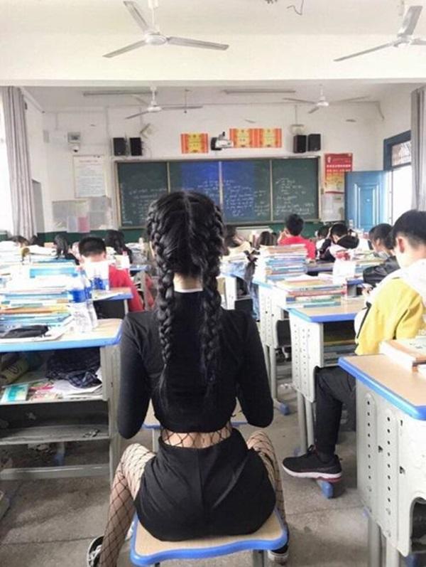 Sốc với nữ sinh hở bạo để khoe eo con kiến trong lớp học-1