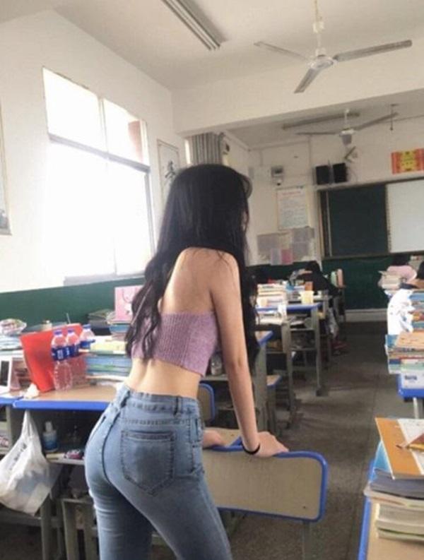 Sốc với nữ sinh hở bạo để khoe eo con kiến trong lớp học-2