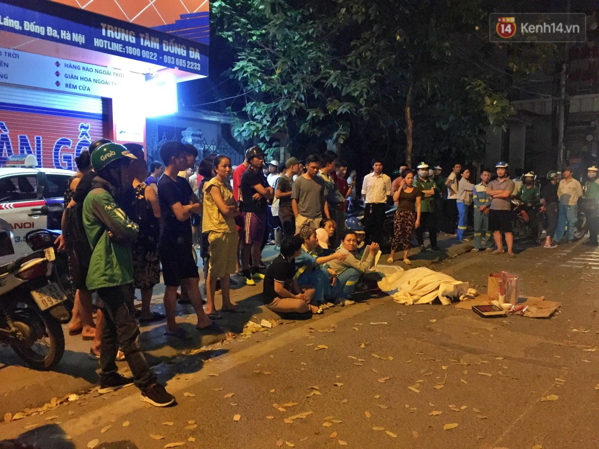 Hình ảnh đau xót: Con trai nữ công nhân môi trường gục khóc bên thi thể mẹ vụ ô tô tông liên hoàn ở Hà Nội-2