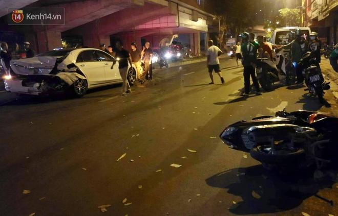 Hình ảnh đau xót: Con trai nữ công nhân môi trường gục khóc bên thi thể mẹ vụ ô tô tông liên hoàn ở Hà Nội-1