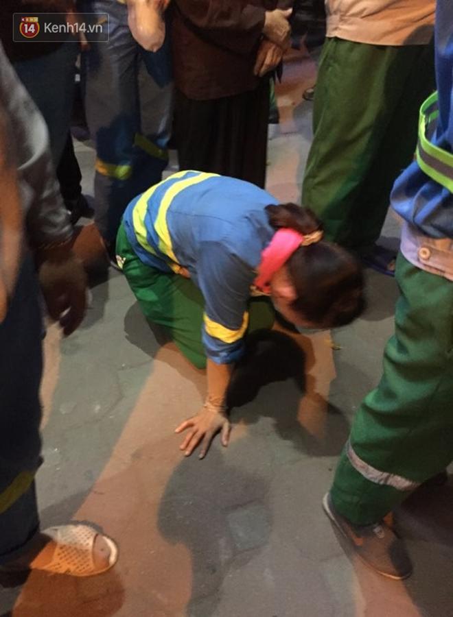 Hình ảnh đau xót: Con trai nữ công nhân môi trường gục khóc bên thi thể mẹ vụ ô tô tông liên hoàn ở Hà Nội-4