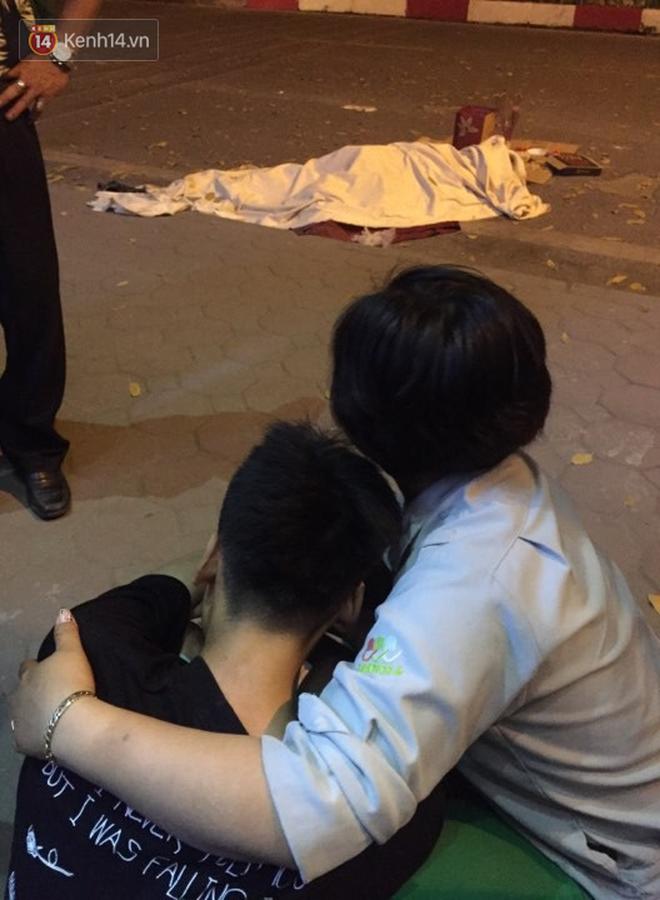 Hình ảnh đau xót: Con trai nữ công nhân môi trường gục khóc bên thi thể mẹ vụ ô tô tông liên hoàn ở Hà Nội-5