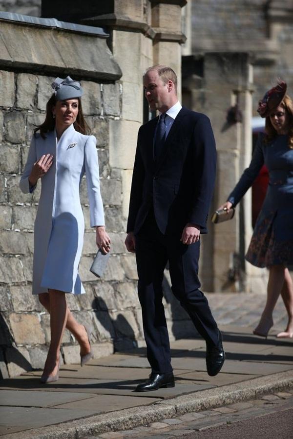 Hố sâu ngăn cách giữa hai cặp đôi hoàng gia: Hoàng tử Harry xuất hiện lẻ loi với vẻ mặt bất thường, có hành động khác lạ với vợ chồng Công nương Kate-1