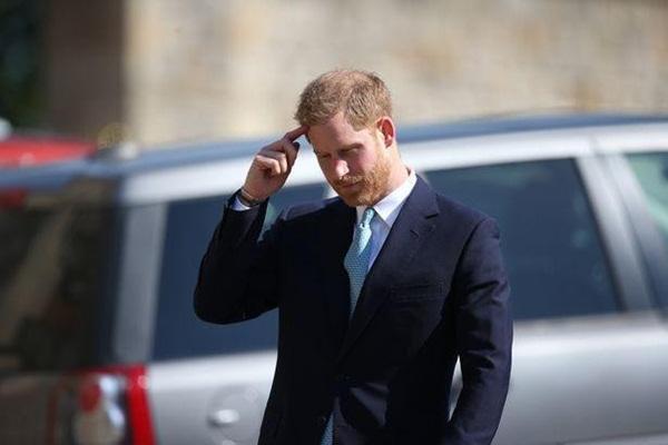 Hố sâu ngăn cách giữa hai cặp đôi hoàng gia: Hoàng tử Harry xuất hiện lẻ loi với vẻ mặt bất thường, có hành động khác lạ với vợ chồng Công nương Kate-2