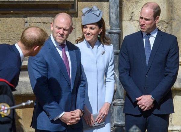 Hố sâu ngăn cách giữa hai cặp đôi hoàng gia: Hoàng tử Harry xuất hiện lẻ loi với vẻ mặt bất thường, có hành động khác lạ với vợ chồng Công nương Kate-3