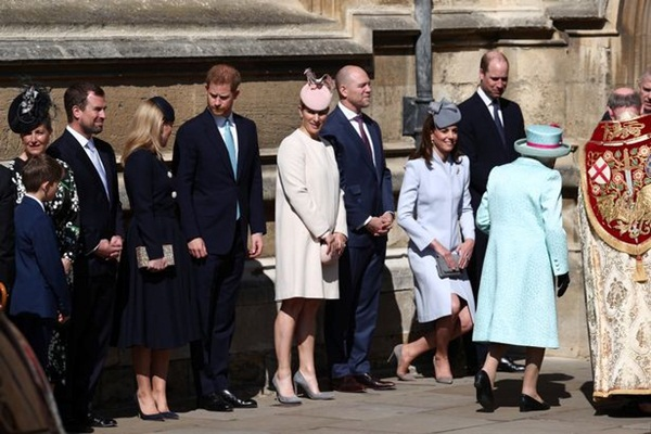 Hố sâu ngăn cách giữa hai cặp đôi hoàng gia: Hoàng tử Harry xuất hiện lẻ loi với vẻ mặt bất thường, có hành động khác lạ với vợ chồng Công nương Kate-4