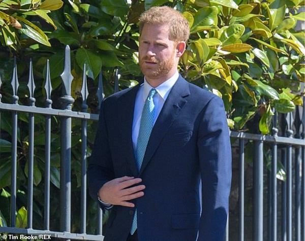 Hố sâu ngăn cách giữa hai cặp đôi hoàng gia: Hoàng tử Harry xuất hiện lẻ loi với vẻ mặt bất thường, có hành động khác lạ với vợ chồng Công nương Kate-5