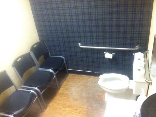20 thiết kế nhà vệ sinh thảm họa khiến dân mạng thủ thỉ: Thôi, thà nhịn còn hơn-18