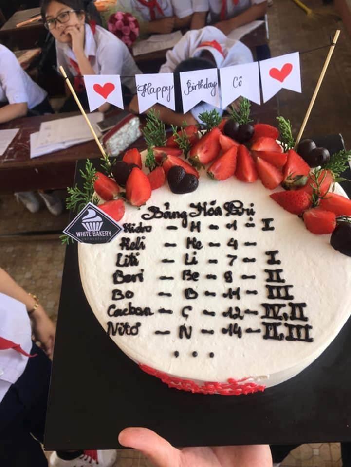 Học sinh chuyên Hóa tặng bánh sinh nhật cho cô giáo và cái kết-5