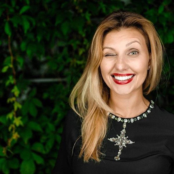 Vợ danh hài vừa đắc cử Tổng thống Ukraine xinh đẹp và giàu có cỡ nào?-8
