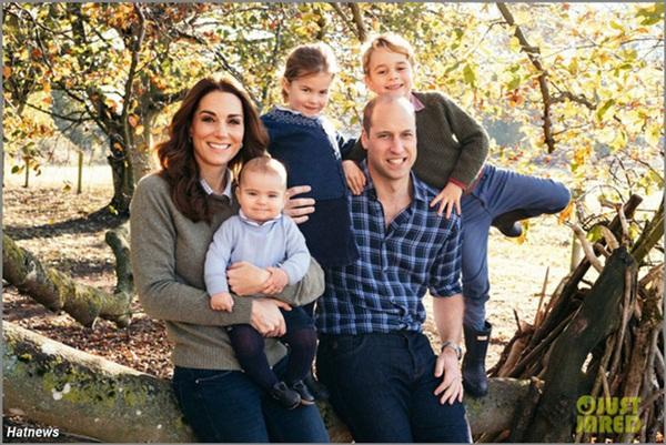 Tan chảy với loạt ảnh mới của Hoàng tử út Louis nhân dịp sinh nhật tròn 1 tuổi do chính Công nương Kate chụp tại vườn nhà của gia đình-1