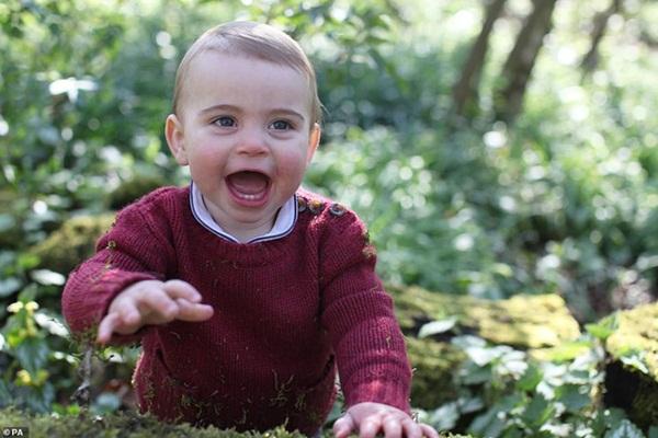 Tan chảy với loạt ảnh mới của Hoàng tử út Louis nhân dịp sinh nhật tròn 1 tuổi do chính Công nương Kate chụp tại vườn nhà của gia đình-2