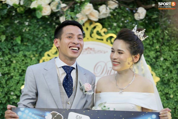 Dàn cầu thủ tuyển Việt Nam xuất hiện như nam thần mừng đám cưới Hùng Dũng, nhưng nhìn đến Đức Huy bỗng thấy sai sai-1