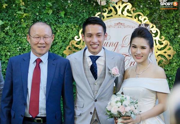 Dàn cầu thủ tuyển Việt Nam xuất hiện như nam thần mừng đám cưới Hùng Dũng, nhưng nhìn đến Đức Huy bỗng thấy sai sai-2