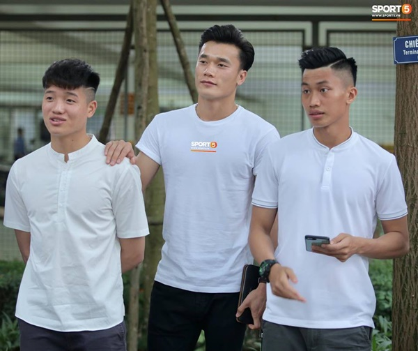 Dàn cầu thủ tuyển Việt Nam xuất hiện như nam thần mừng đám cưới Hùng Dũng, nhưng nhìn đến Đức Huy bỗng thấy sai sai-4