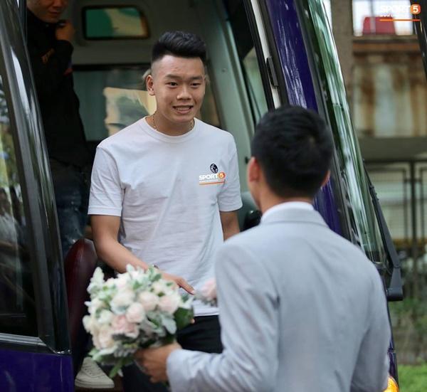 Dàn cầu thủ tuyển Việt Nam xuất hiện như nam thần mừng đám cưới Hùng Dũng, nhưng nhìn đến Đức Huy bỗng thấy sai sai-6