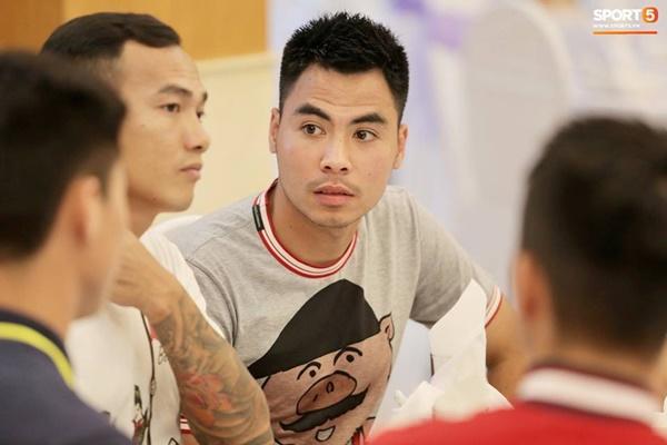 Dàn cầu thủ tuyển Việt Nam xuất hiện như nam thần mừng đám cưới Hùng Dũng, nhưng nhìn đến Đức Huy bỗng thấy sai sai-9