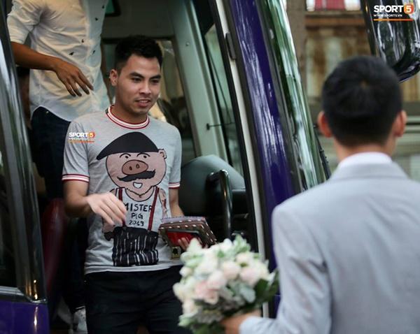 Dàn cầu thủ tuyển Việt Nam xuất hiện như nam thần mừng đám cưới Hùng Dũng, nhưng nhìn đến Đức Huy bỗng thấy sai sai-10