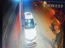 Clip: Cận cảnh ô tô 'điên' tông chết nữ lao công ở đường Láng