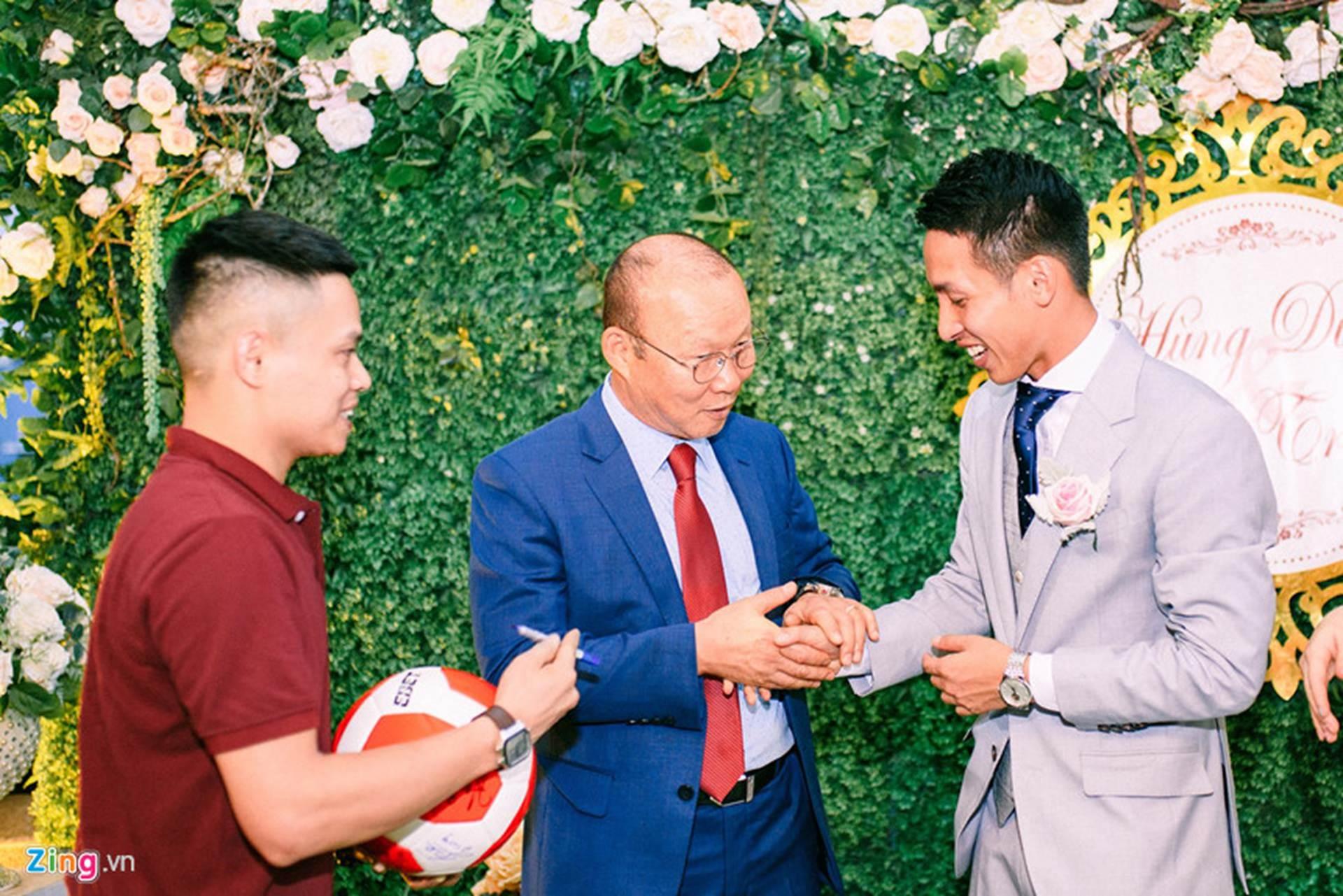 Thầy Park được 2 nhân viên bảo vệ theo sát tại lễ cưới Đỗ Hùng Dũng-3