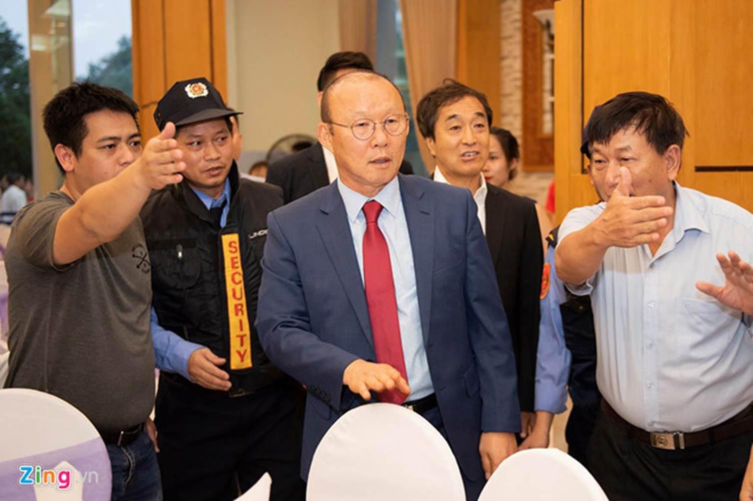 Thầy Park được 2 nhân viên bảo vệ theo sát tại lễ cưới Đỗ Hùng Dũng-4