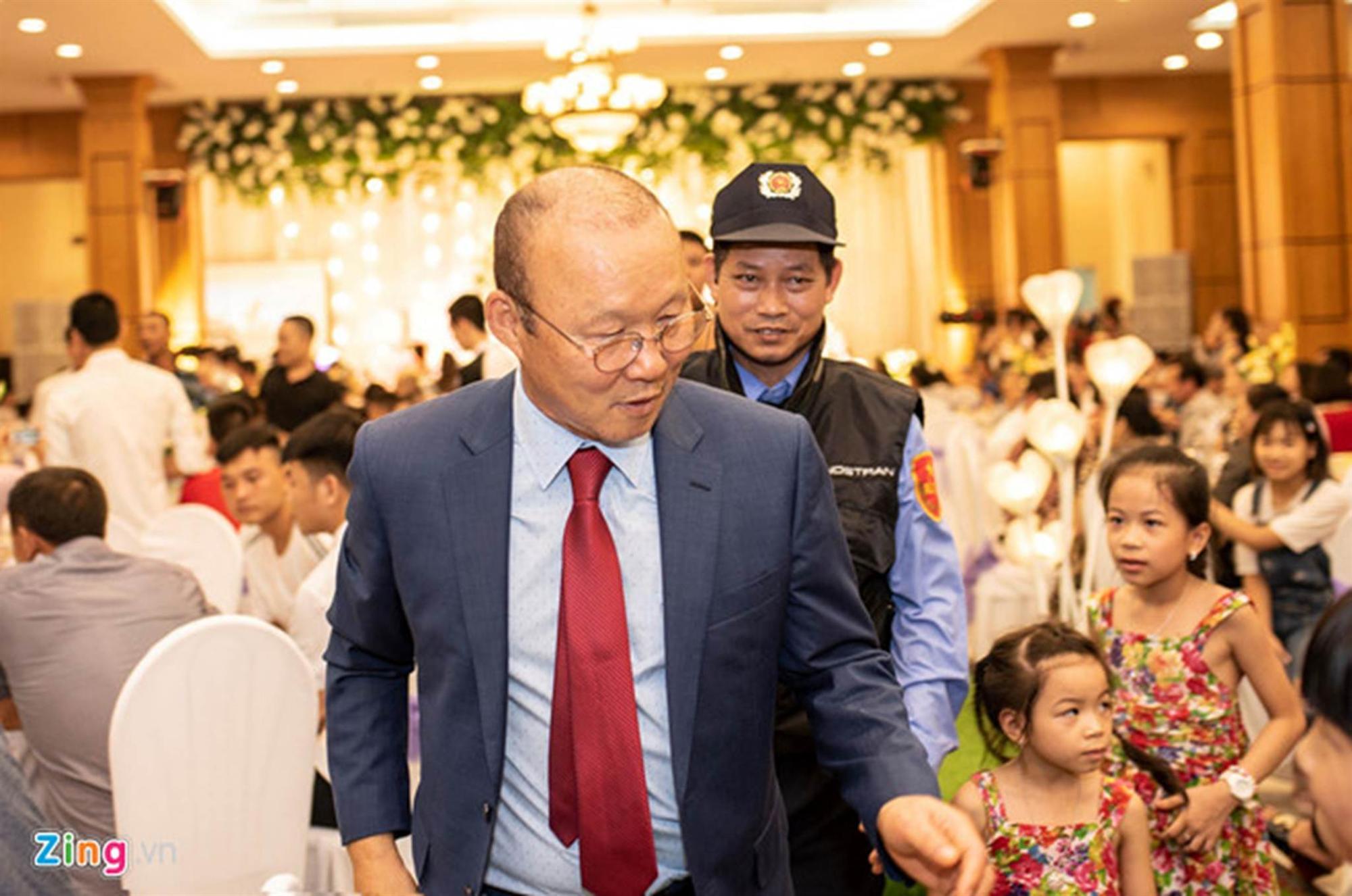 Thầy Park được 2 nhân viên bảo vệ theo sát tại lễ cưới Đỗ Hùng Dũng-5