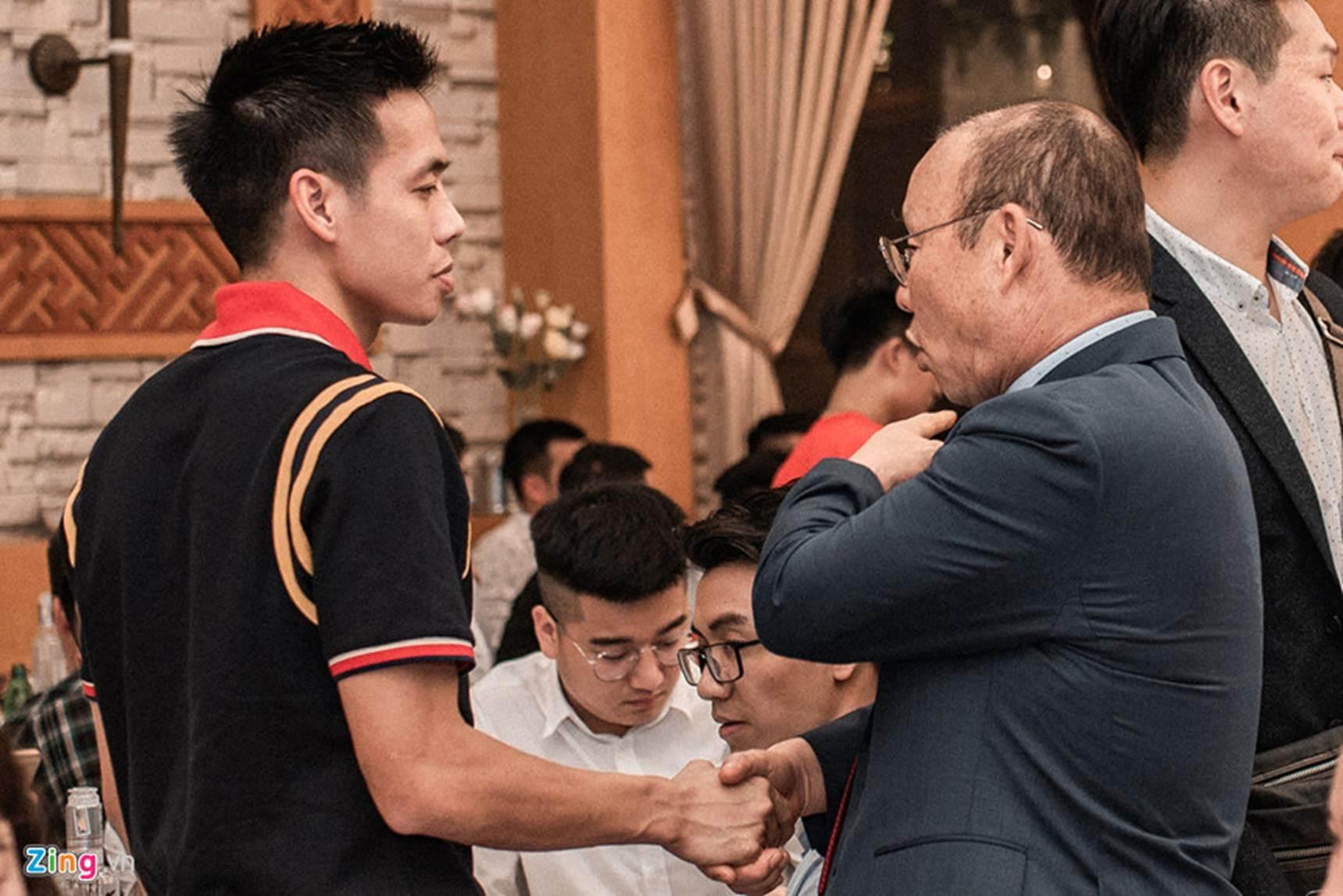 Thầy Park được 2 nhân viên bảo vệ theo sát tại lễ cưới Đỗ Hùng Dũng-6