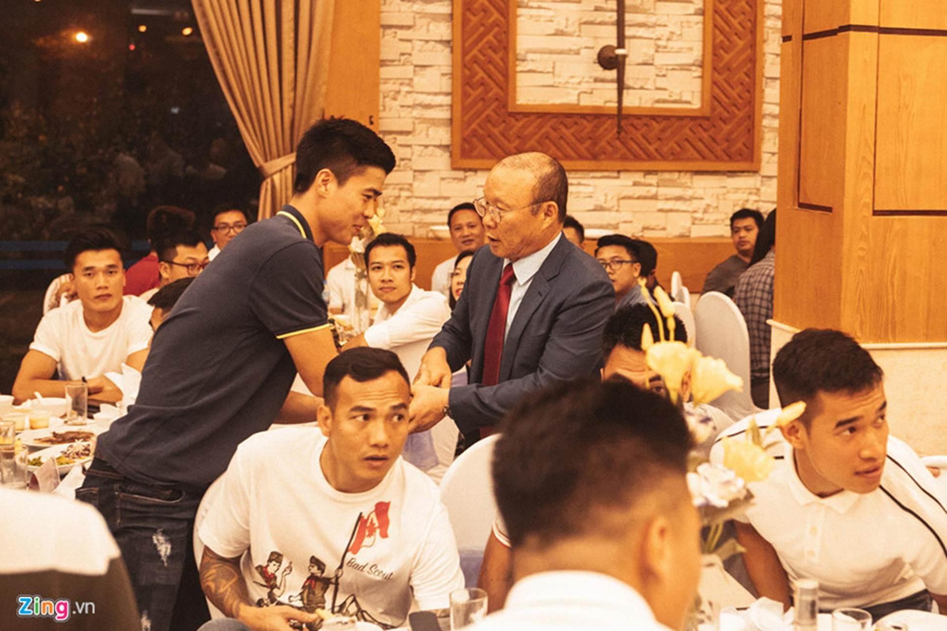 Thầy Park được 2 nhân viên bảo vệ theo sát tại lễ cưới Đỗ Hùng Dũng-7