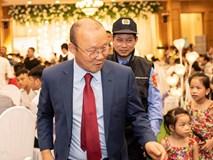 Thầy Park được 2 nhân viên bảo vệ theo sát tại lễ cưới Đỗ Hùng Dũng