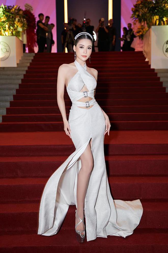 Cùng diện đầm thách thức người nhìn: Sam đẹp tựa nữ thần, Jolie Nguyễn lại gây nhức nhối với vòng 1 khủng-1