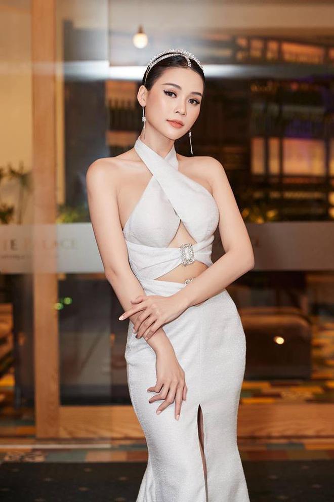 Cùng diện đầm thách thức người nhìn: Sam đẹp tựa nữ thần, Jolie Nguyễn lại gây nhức nhối với vòng 1 khủng-3