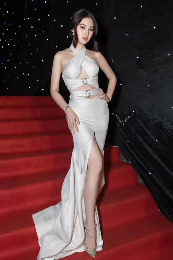 Cùng diện đầm thách thức người nhìn: Sam đẹp tựa nữ thần, Jolie Nguyễn lại gây nhức nhối với vòng 1 khủng-5