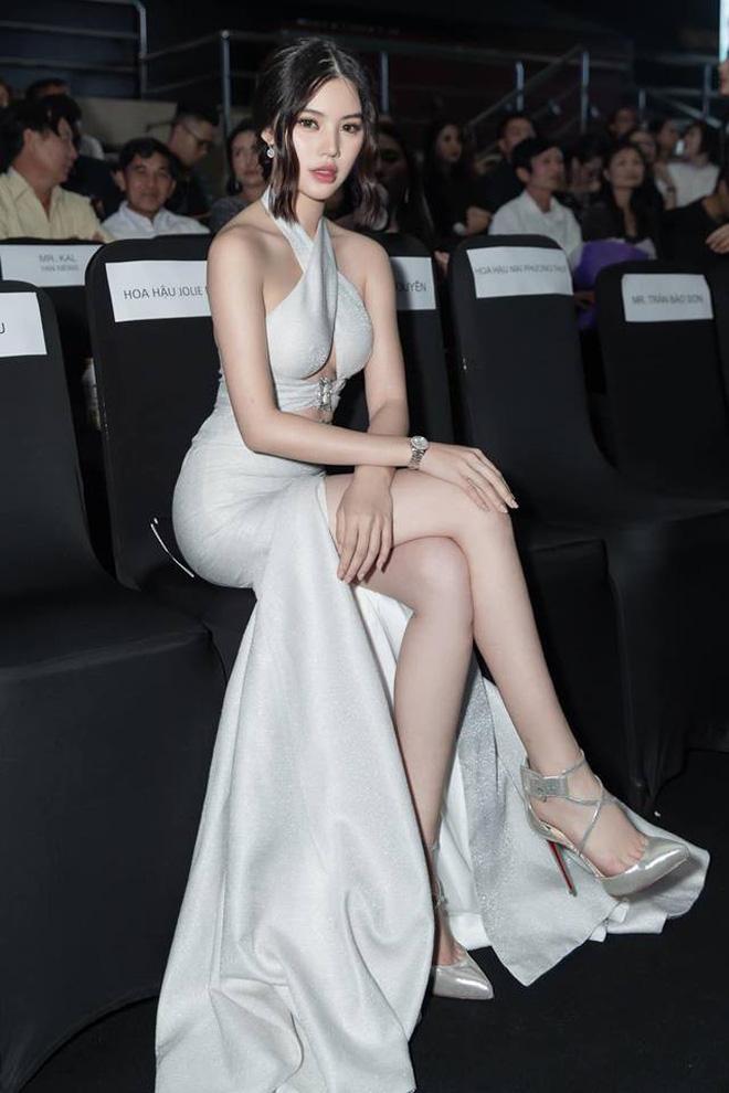Cùng diện đầm thách thức người nhìn: Sam đẹp tựa nữ thần, Jolie Nguyễn lại gây nhức nhối với vòng 1 khủng-7