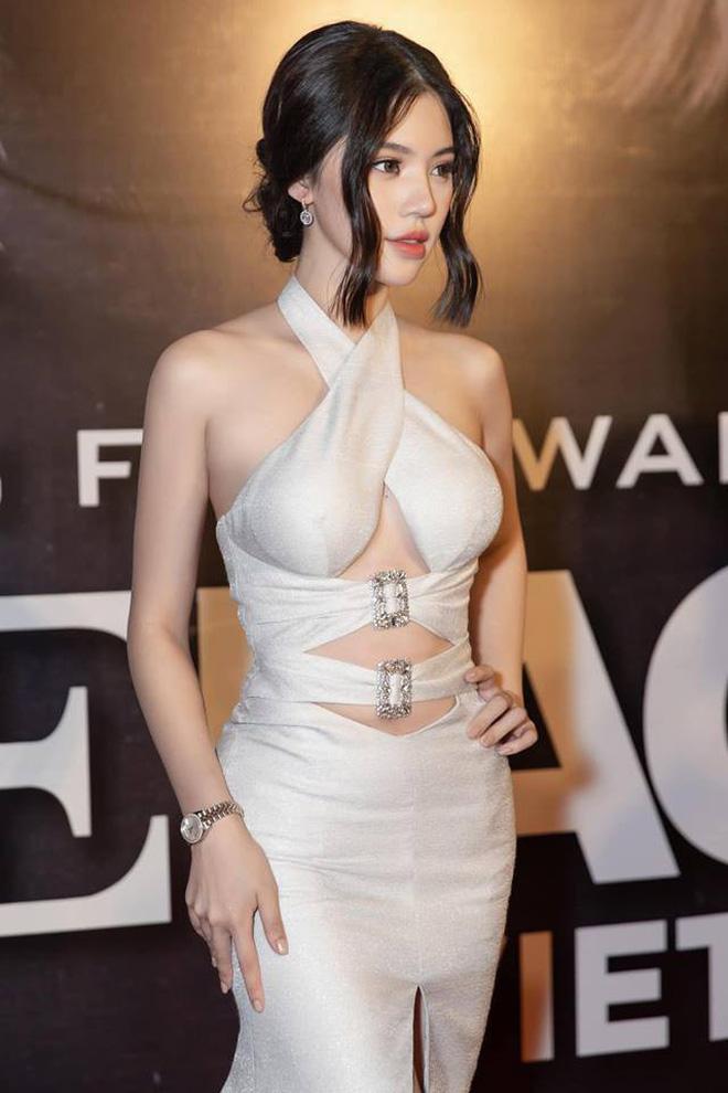 Cùng diện đầm thách thức người nhìn: Sam đẹp tựa nữ thần, Jolie Nguyễn lại gây nhức nhối với vòng 1 khủng-8