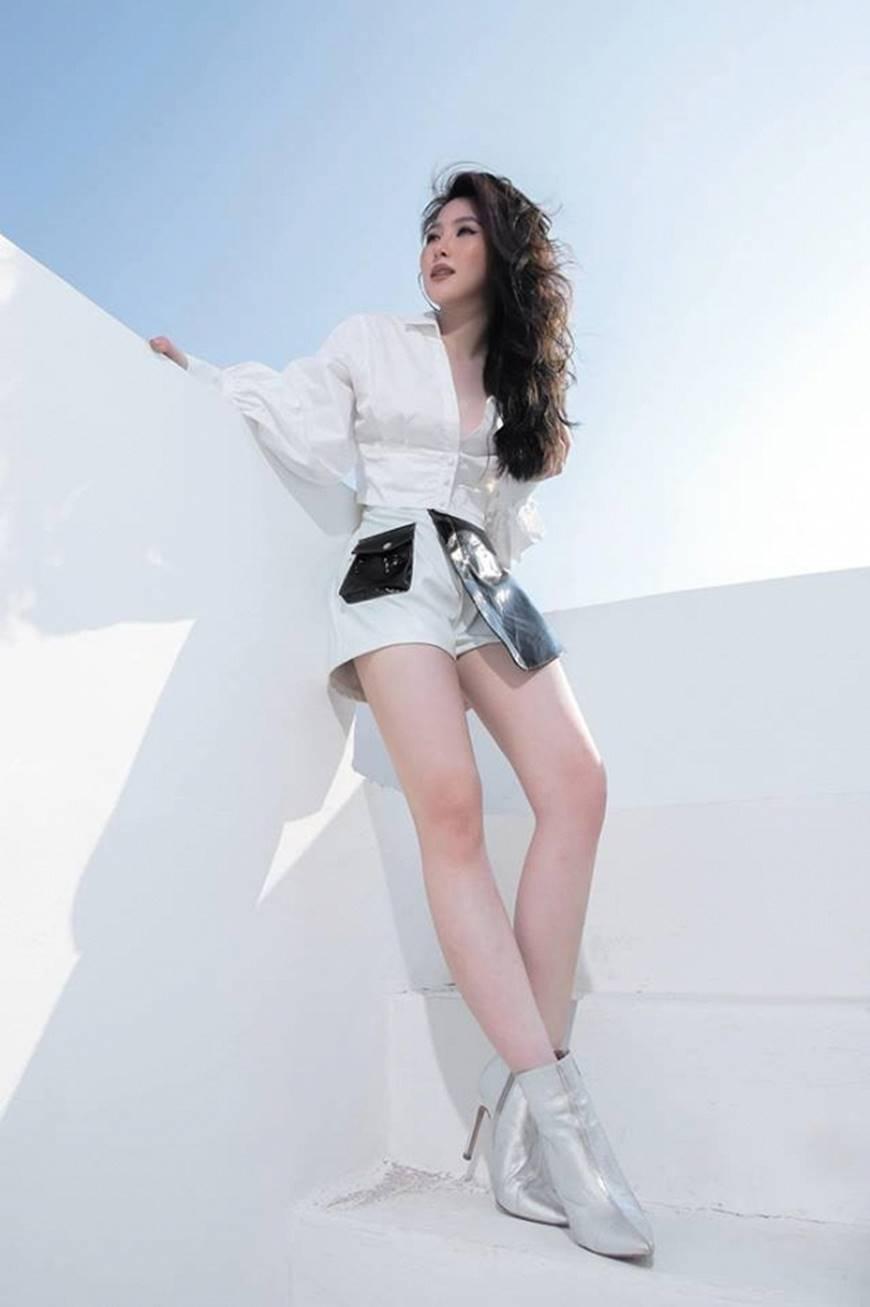 Dù chiều cao khiêm tốn, Hương Tràm vẫn tự tin diện quần ngắn khoe đôi chân gợi cảm-3