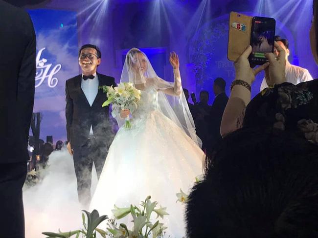 Toàn cảnh tiệc cưới kiểu một lần chơi lớn của NSND Trung Hiếu, biến đám cưới thành Đại hội Hội Nghệ sĩ sân khấu Việt Nam-25