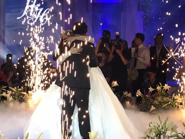 Toàn cảnh tiệc cưới kiểu một lần chơi lớn của NSND Trung Hiếu, biến đám cưới thành Đại hội Hội Nghệ sĩ sân khấu Việt Nam-24